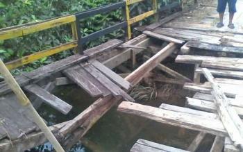 Jembatan di Desa Sukajaya, Kecamatan Kotawaringin Lama, Kabupaten Kotawaringin Barat, ambrol.