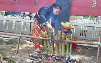Lomba malamang dalam rangka Festival Budaya Habaring Hurung, di Museum Kayu Sampit, Selasa (4/4/2017).