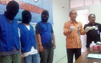 Kepala BNNP Kalteng Brigadir Jenderal Triwarno Atmojo (dua kanan) didampingi Kepala BNN Kota Palangka Raya M Soedja\\\'i menunjukan barak bukti sabu yang diamankan dari tiga tersangka.