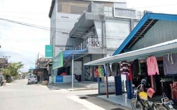 Salah satu gedung penangkaran walet di Jalan Niaga, Nanga Bulik.