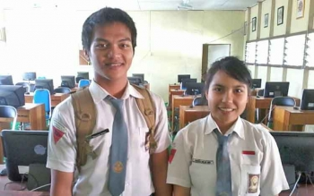 Dua siswa SMA Negeri 1 Katingan Hilir Yusrizal dan Febiola foto di ruangan laboratorium, Selasa (4/4/2017). Ruangan ini nantinya sebagai pelaksanaan UNBK.