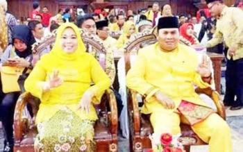 Bupati Kobar terpilih Nurhidayah (kiri) dan wakilnya Ahmadi Riansyah (kanan) saat debat calon Bupati Kobar sesi ke dua di Gedung DPRD. Keduanya akan dilantik diperkirakan awal bulan Mei 2017.
