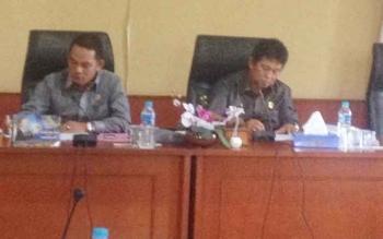 Ketua Komisi A DPRD Kabupaten Mura Rimluk S. Bohoy (kanan), saat memimpin rapat dengar pendapat bersama warga Desa Tahujan Ontu di ruang pleno DPRD.