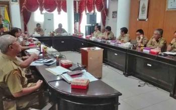 Pj Bupati Barito Selatan Mugeni memimpin Rapat Evaluasi Serapan Anggaran Triwulan Pertama di ruang kerja Bupati, Selasa (4/4/2017).