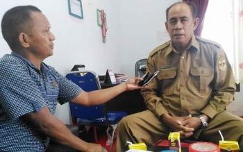 Kepala Disparpora Kabupaten Gunung Mas, Suprapto Sungan (kanan) saat ditemui wartawan di ruang kerjannya, Selasa (4/4/2017).