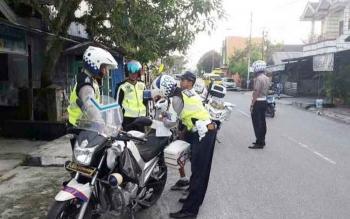 Jajaran Satlantas Polres Kotawaringin Barat menggelar operasi rutin. Tilang pengguna jalan yang tidak patuh.