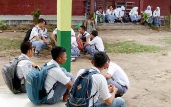 Sejumlah siswa dari SMK Seruyan saat tengah menikmati waktu istirahat mereka dilingkungan sekolah, usai mengikuti ujian berbasis UNBK di sekolahnya, Selasa (4/4/2017)