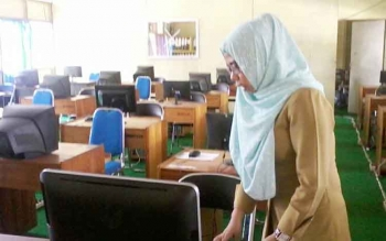 Teknisi SMA Negeri 1 Katingan Hilr, Firtiya Annisa saat menunjukkan perangkat komputer di ruang laboratorium yang akan digunakan UNBK 10-13 April 2017 mendatang.