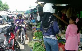 Penjual sayur mayur yang juga menyediakan cabai keriting di Pasar Kasingan tiap harinya selalau rame dikunjungi warga.
