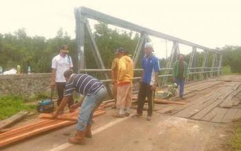 Dinas Pekerjaan Umum Kabupaten Seruyan saat memperbaiki jembatan penghubung Sampit - Kuala Pembuang yang mengalami kerusakan, beberapa waktu lalu.