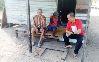 Salah satu kondisi rumah warga miskin di Desa Pematang Kambat, Desa Pematang Panjang, yang hanya dibangunkan secara swadaya oleh warga desa sekitar.