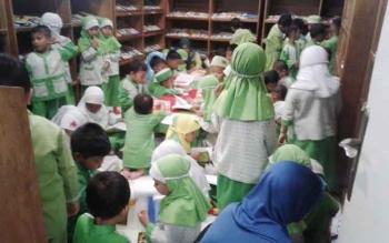 Anak-anak TK Perwanida saat membaca buku di ruang perpustakaan khusus anak.