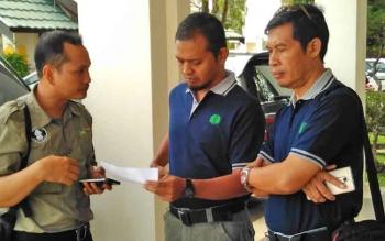 Pihak BOSF saat berkoordinasi dengan pihak PT Sawit Sumbermas Sarana Tbk sebelum berangkat ke Pulau Salat untuk pelaksanaan pra pelepasliaran orang utan, Rabu (5/4/2017).