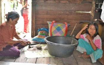 Seorang ibu rumah tangga dari keluarga miskin di Desa Pematang Panjang, Kecamatan Seruyan Hilir Timur, saat beraktivitas di rumahnya.