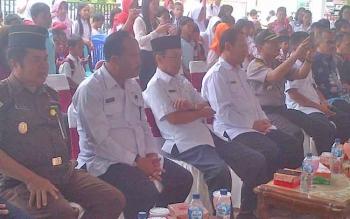 (Dua dari kanan) Kepala Dinas Perpustakaan dan Kearsipan Barsel bersama Pejabat Bupati Mugeni saat pembukaan lomba bercerita