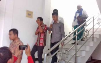 Riyadi Junniardi (batik merah) tersangka kasus korupsi di Dishub Kotim.