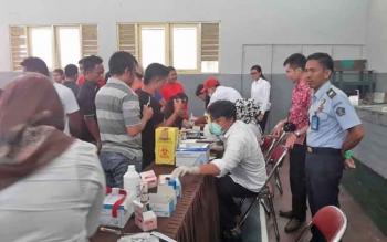 Sejumlah petugas VCT Mobile dari Dinkes Kobar mengambil sampel darah warga binaan Lapas Klas IIB Pangkalan Bun, Rabu (5/4/2017).