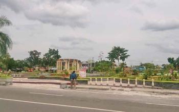 Taman Segitiga di Bundaran Pancasila menjadi salah satu RTH yang menyediakan fasilitas bermain untuk anak.