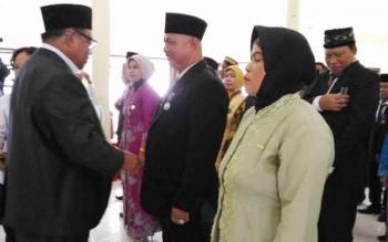 Bupati Sukamara, Ahmad Dirman saat memberikan penghargaan kepada ASN berprestasi, beberapa waktu lalu.