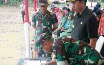 Bupat Barito Utara Nadalsyah menandatangani nota kesepahaman dalam program TMMD di acara pencanangan TMMD ke-98 di Desa Paring Lahung, Kecamatan Montallat, Rabu (5/4/2017).