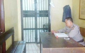 Anggota Polres Palangka Raya menjaga ruang tahanan, Rabu (5/4/2017). Di ruang tahanan inilah, JS ditahan sementara.