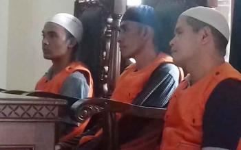 Dedi Mukarramah, M Nasir dan Ahmad Mujiannur saat jalani sidang di Pengadilan Negeri Sampit.