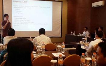 Ketua PHRI Kabupaten Kobar Siemon Setiawan, saat melakukan pelatihan bagi pengelola hotel untuk mempersiapkan sertifikasi.