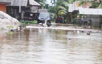 122 warga desa Kondang, Kecamatan Kotawaringin Lama belum teraliri listrik dari PLN, Untuk penerangan warga menggunakan genset.