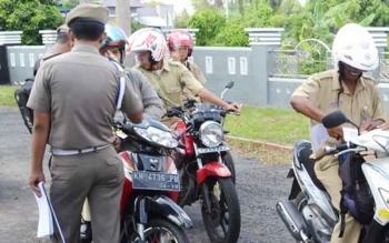 Satpol PP Seruyan menggelar razia penertiban pegawai pemkab yang keluyuran beberapa waktu lalu.