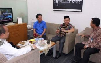Gubernur Sugianto saat melakukan pembicaraan intens dengan Kepala Cabang Bank Mandiri Palangka Raya Jalan Ahmad Yani Rabu (5/4/2017)