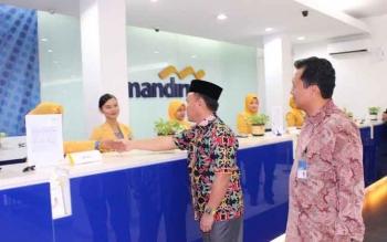 Gubernur Kalteng, Sugianto Sabran didampingi Kepala Cabang Bank Mandiri Palangka Raya menyapa beberapa karyawan bank