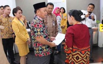 Gubernur mendapat penjelasan dari pegawai maupun pimpinan Bank Mandiri Cabang Palangka Raya