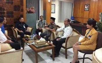 Gubernur Kalimantan Tengah Sugianto Sabran berbincang dengan Area Head PT Bank Mandiri (Persero) Tbk, Area Palangkaraya Indrawan Mega Putra, Rabu (5/4/2017).\\r\\n