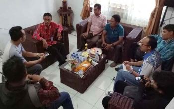 Pengurus dan anggota PWI Seruyan melakukan pertemuan bersama Kepala Dinas Komunikasi, Informatika dan Statistik Seruyan, Ilias, di ruang kerjanya, Kamis (6/4/2017).