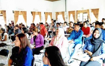 Puluhan calon tenaga harian lepas saat mengikuti test tulis di Aula BKPP Lamandau, belum lama ini.