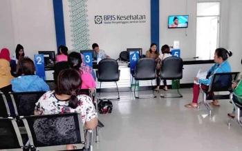 Sejumlah warga mengantre saat ingin mendapat pelayanan BPJS Kesehatan, di Pangkalan Bun, Kotawaringin Barat.