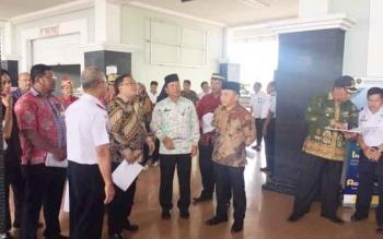 Menteri PPN Bambang P.S Brodjonegoro dan Gubernur Sugianto Sabran mengunjungi Terminal AKAP WA Gara saat sesi rehat musrenbang tingkat Provinsi, Kamis (6/4/2017) siang.