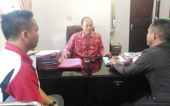 Kepala BKPPD Kabupaten Gunung Mas Lurand ketika memberikan keterangan kepada awak media di ruang kerjannya, Kamis (6/4/2017).