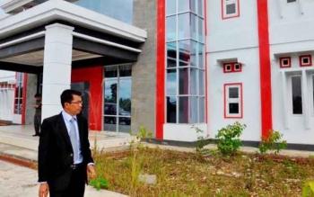 Bupati Mura, Perdie M Yoseph saat meninjau lokasi bangunan yang akan menjadi tempat Akademi Komunitas Pariwisata Negeri Murung Raya yang ada di Jalan Bhayangkara.