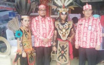 Kalapas Pangkalan Bun Arief Gunawan bersama Kakanwil Kemenkumham Kalteng Agus Purwanto saat berada di stand Pameran Produk Unggulan Napi 2017.
