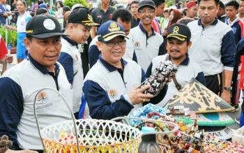 Pemanfaatan limbah menjadi barang bernilai jual merupakan salah satu program sekolah adiwiyata di Kabupaten Kotawaringin Barat.