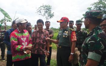 Ketua Tim Sergap Wilayah Kalimantan Tengah (Kalteng) Klonel ARM Saiful Rizal berbincang dengan Kepala Balai Penyuluhan Pertanian Samuda RA Basuki, tentang harga gabah yang terlalu rendah.