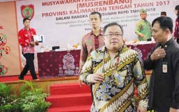 Menteri PPN Bambang PS. Brodjonegoro sesaat usai rehat Musrenbangprov di Aula Jayang Tingang dan bersiap mengunjungi Terminal AKAP WA Gara di lingkar luar dan Terminal baru Bandara Tjilik Riwut. Beberapa kali terget pembangunan bandara diundur, menurut Ba