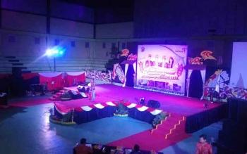 Perlombaan karungut putri sesudah acara pembukaan Festival Budaya Tira Tangka Balang yang dilaksanakan di Gedung Futsal Tana Malai Tolung Lingu, Kamis (6/4/2017) malam