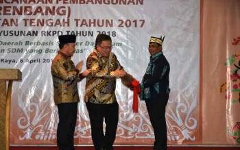 Kepala Bappenas/Menteri PPN Bambang PS membuka Musrenbang Provinsi Kalteng dengan memukul katambung didamingi gubernur Sugianto dan Wakil Gubernur Habib Said Ismail