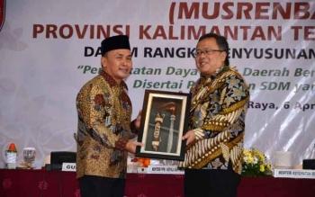 Menteri PPN Bambang Brodjonegoro terima cinderamata Mandau dari Gubernur Sugianto saat Musrenbangprov. Bambang menegaskan pemerintah pusat sangat serius merencanakan pemindahan Ibukota, bahkan presiden menugaskan sejumlah menteri untuk melakukan strategi