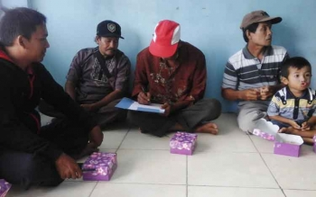 Beberapa warga Desa Sungai Perlu saat mengikuti pertemuan, belum lama tadi.