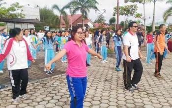 Wakil Bupati Gunung Mas Rony Karlos bersama istri Hera Maretina, Kapolres AKBP Ardiansyah Daulay dan ratusan ASN, anggota Polres, PTT dan pelajar senam di Taman Kota Kuala Kurun, Jumat (7/4/2017).