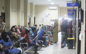 Sejumlah warga saat berada di ruang tunggu Poliklinik RSUD Sultan Imanuddin. Sebagian besar di antara mereka merupakan peserta BPJS Kesehatan.