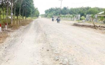 Jalan rusak di Desa Pangkalan Satu, Kecamatan Kumai, Kobar. Warga senang tahun ini mendapat bantuan dari Pemprov Kalteng sebesar 2,3m.Pembangunan jalan ini sesuai dengan janji gubernur pada masa kampanye.